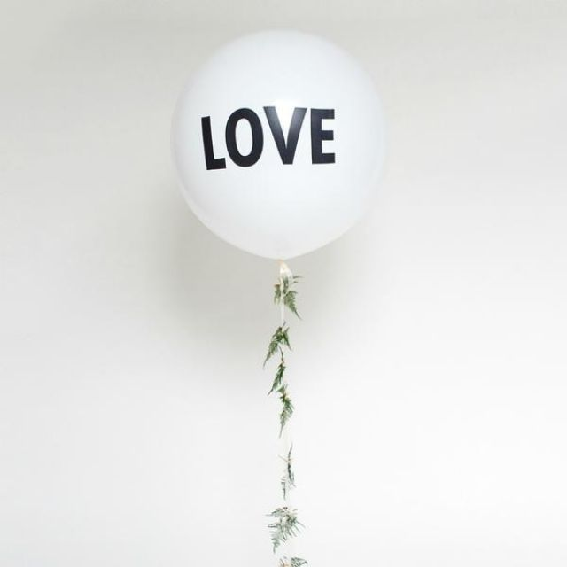 giant-love-wedding-balloon_grande.jpg