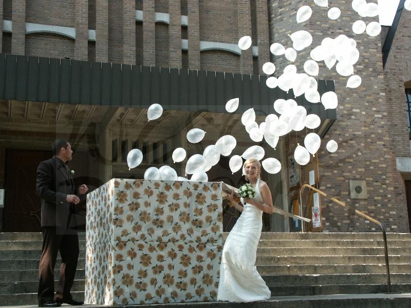 Pudelko z balonami na wesele
